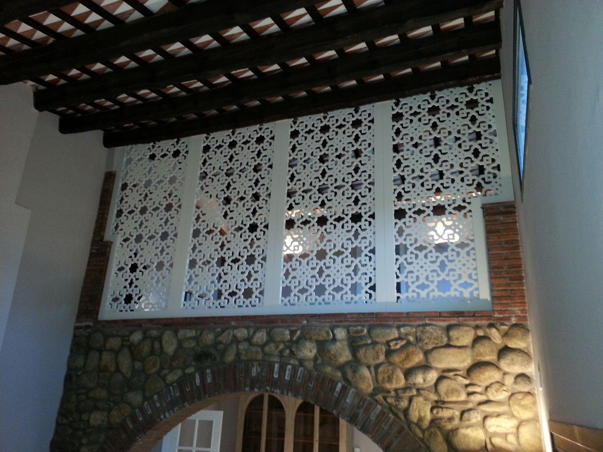 claustra traditionnel et plafond ancien rénové