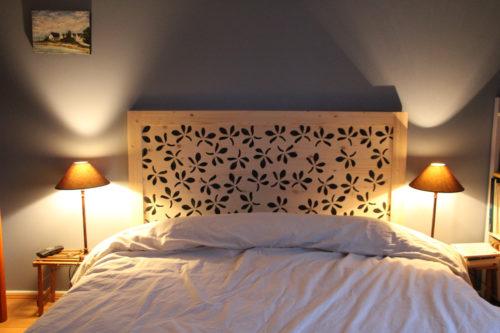 Tête-de-lit-bois-fleurs-moderne