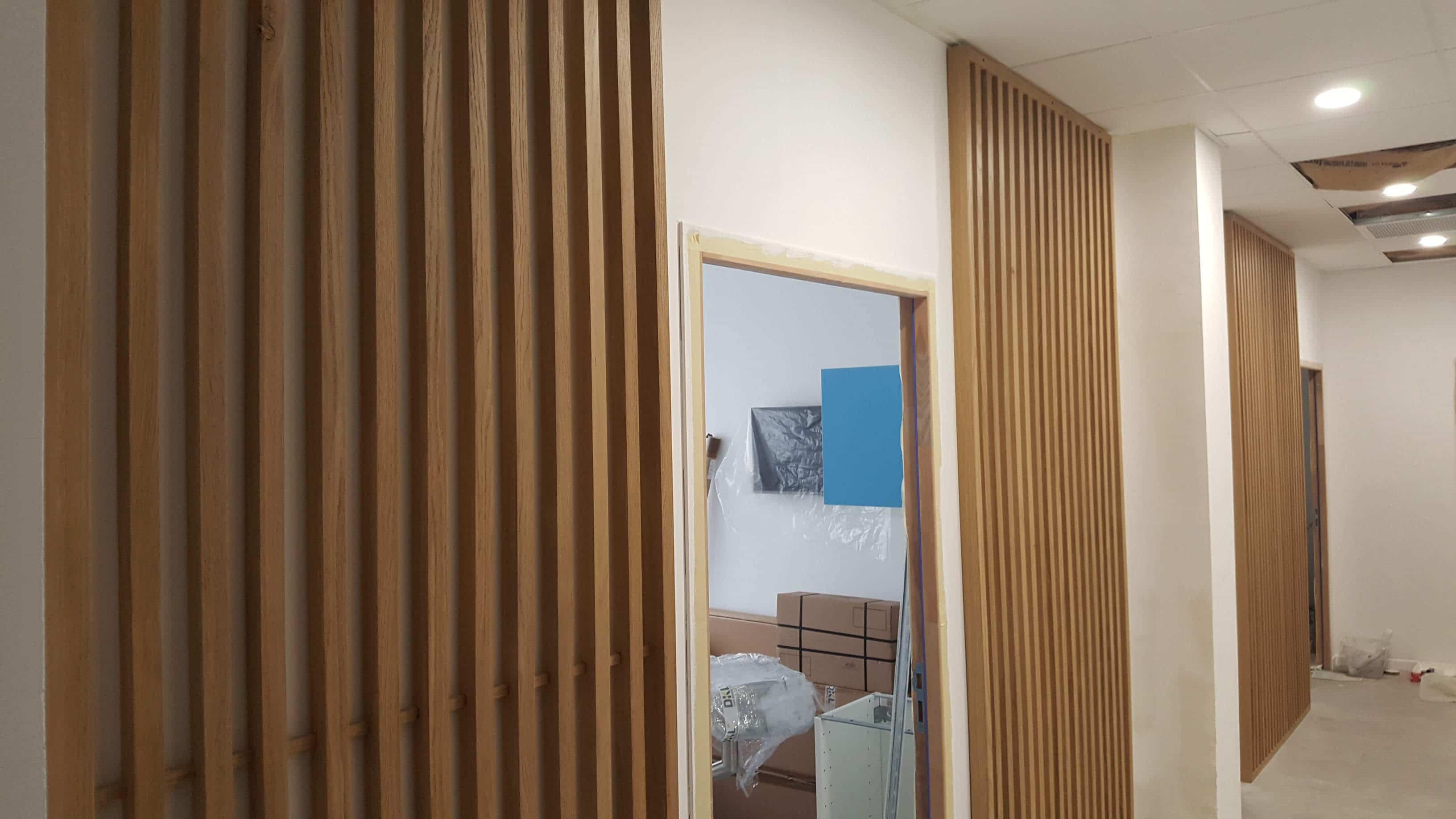 Lames de bois verticales fixées au mur