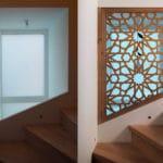 fenetre-marocaine-escaliers-bois-moucharabieh
