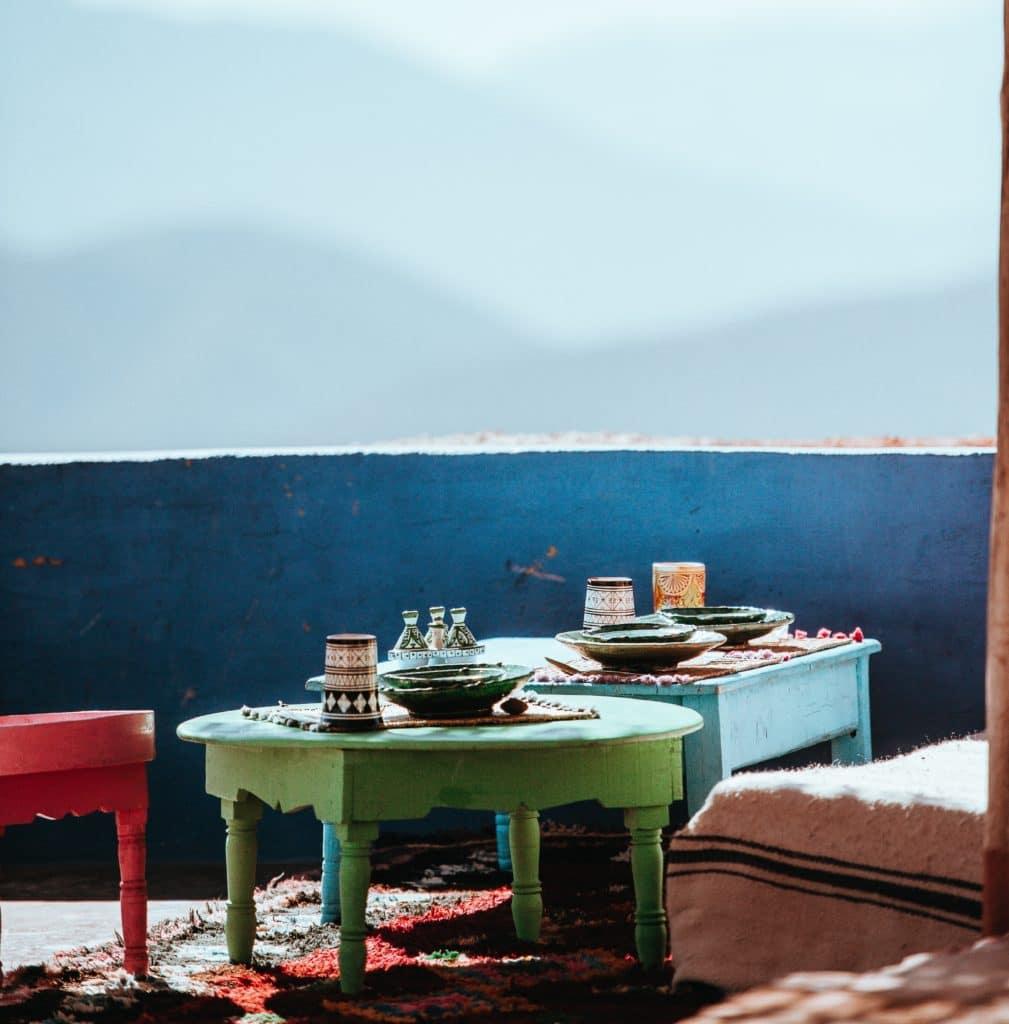 table basse ancienne en bois des motifs d di s par. Black Bedroom Furniture Sets. Home Design Ideas