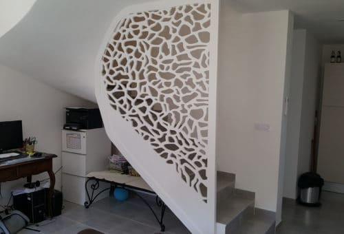 Escaliers à quart tournant avec garde corps pleine hauteur au motif contemporain
