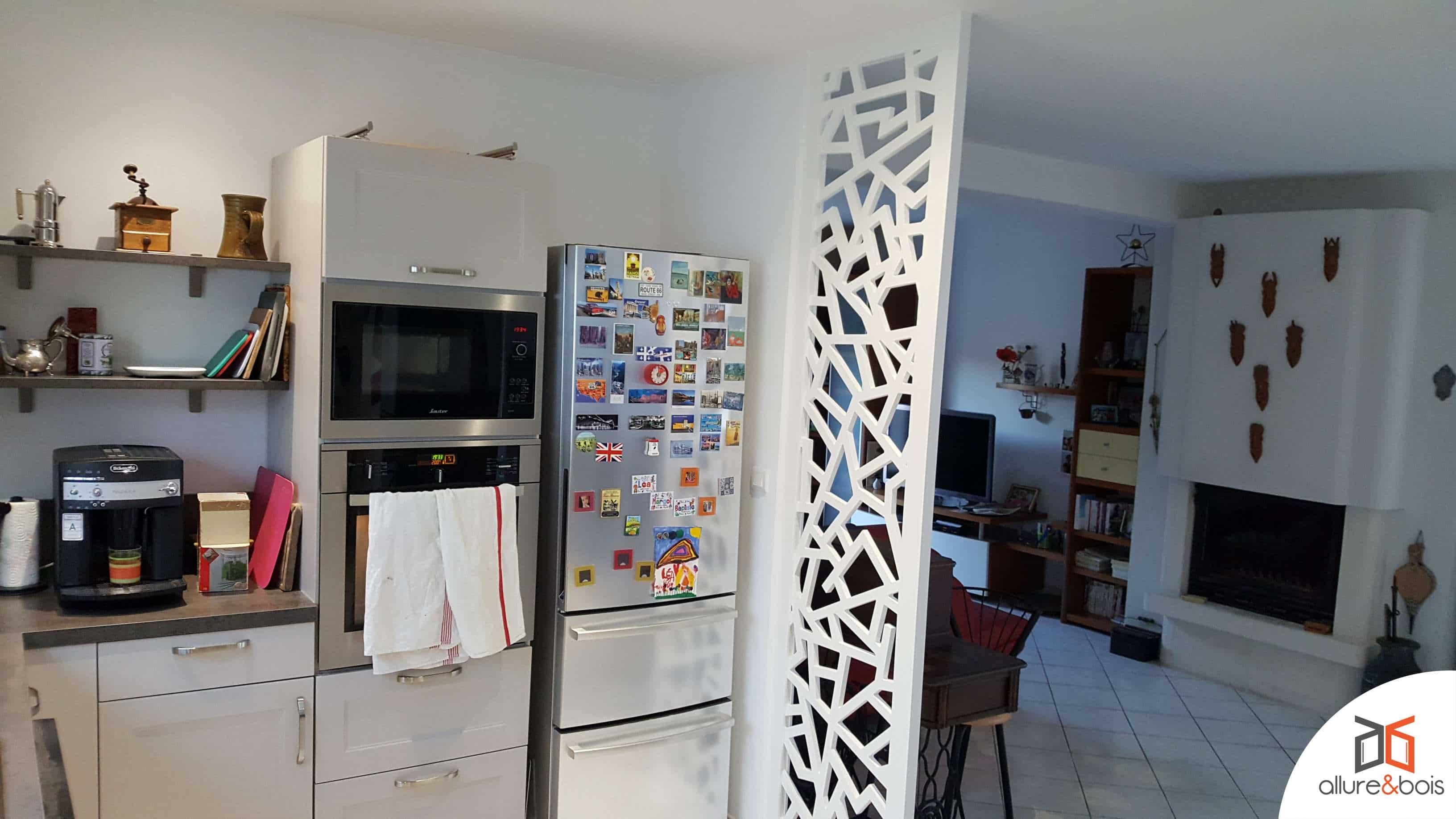 claustra-cuisine-ouverte-bois-peint