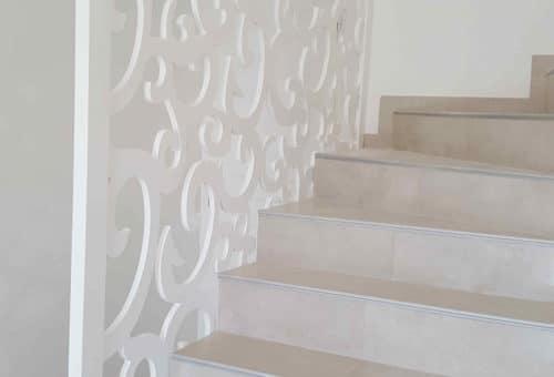 rococo-claustra-blanc-rambarde-escaliers-lumineux