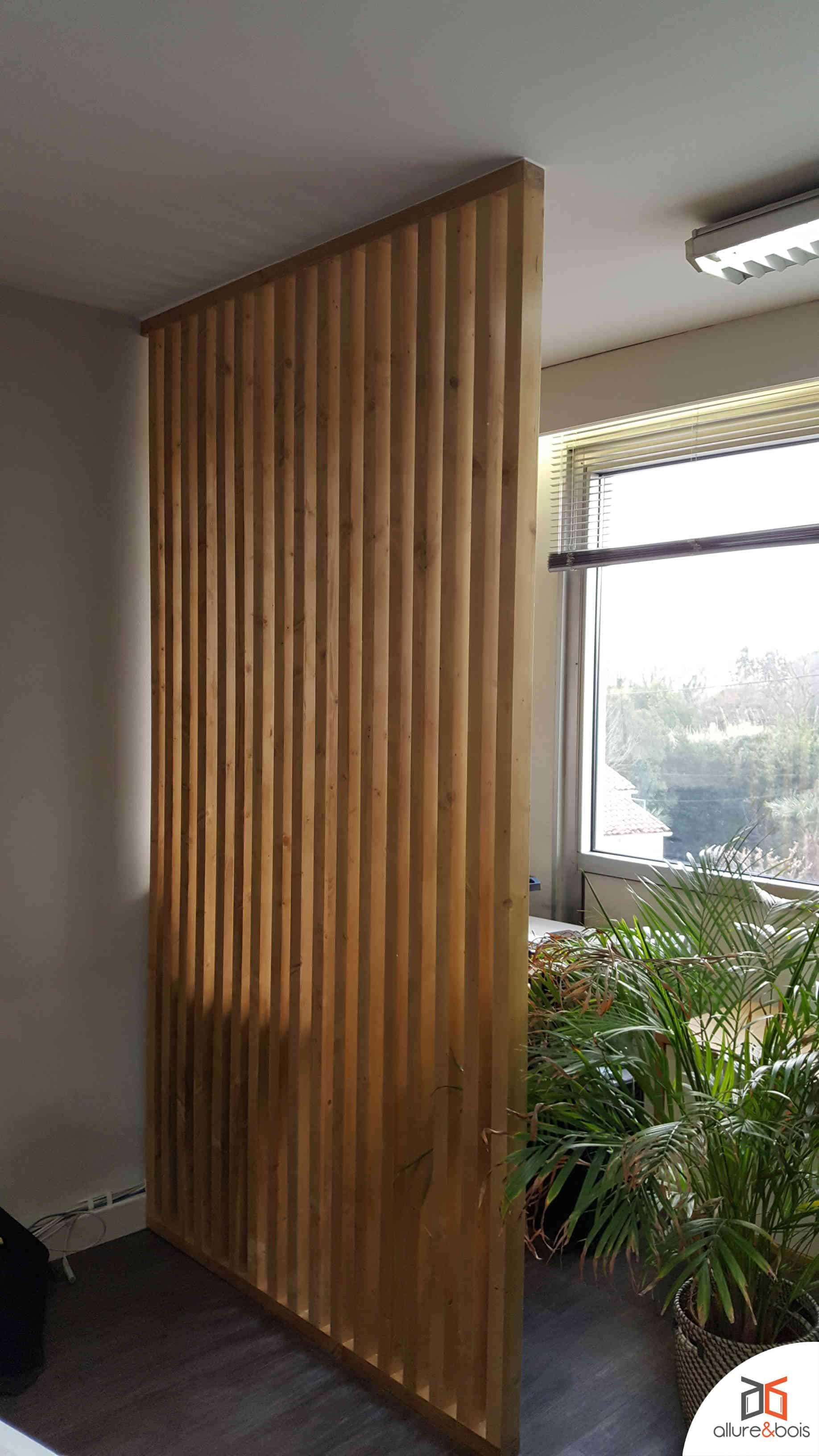 cloison-bois-lames-verticales-moderne