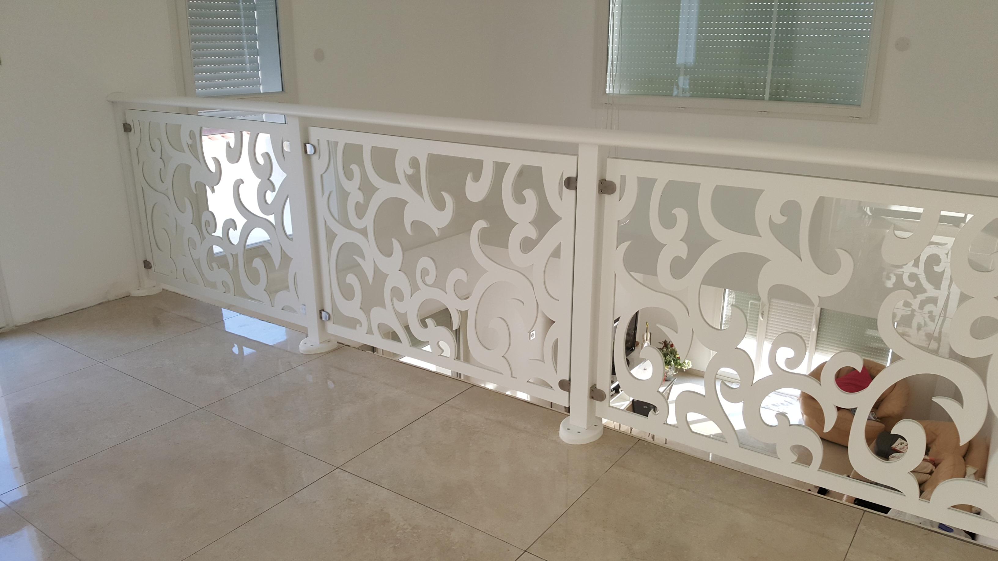 rambarde d'escalier en bois peint et verre securit