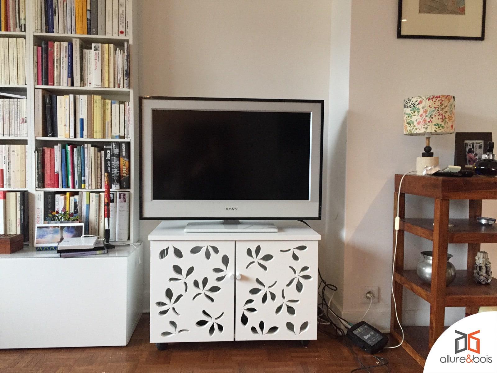console-tv-portes-ajourées-blanches