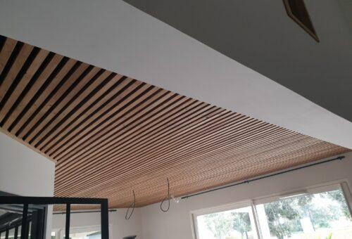 plafond intégrant le principe de claire vois avec lames de bois ajourées