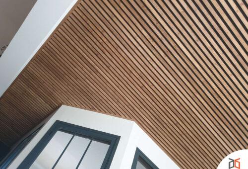 plafond en lattes de bois épaisses ajourées