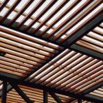 plafond-lames-bois-carrés-ajourés-pergola