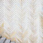 escaliers avec mur en lames de bois