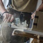 Travail du bois par un artisan expert