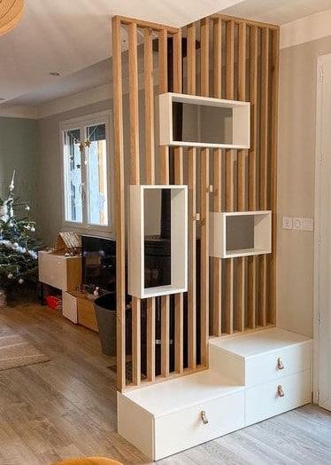 Séparation en bois avec lames verticales et rangements intégrés