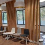 claustras en bois de chêne pour salle d'attente