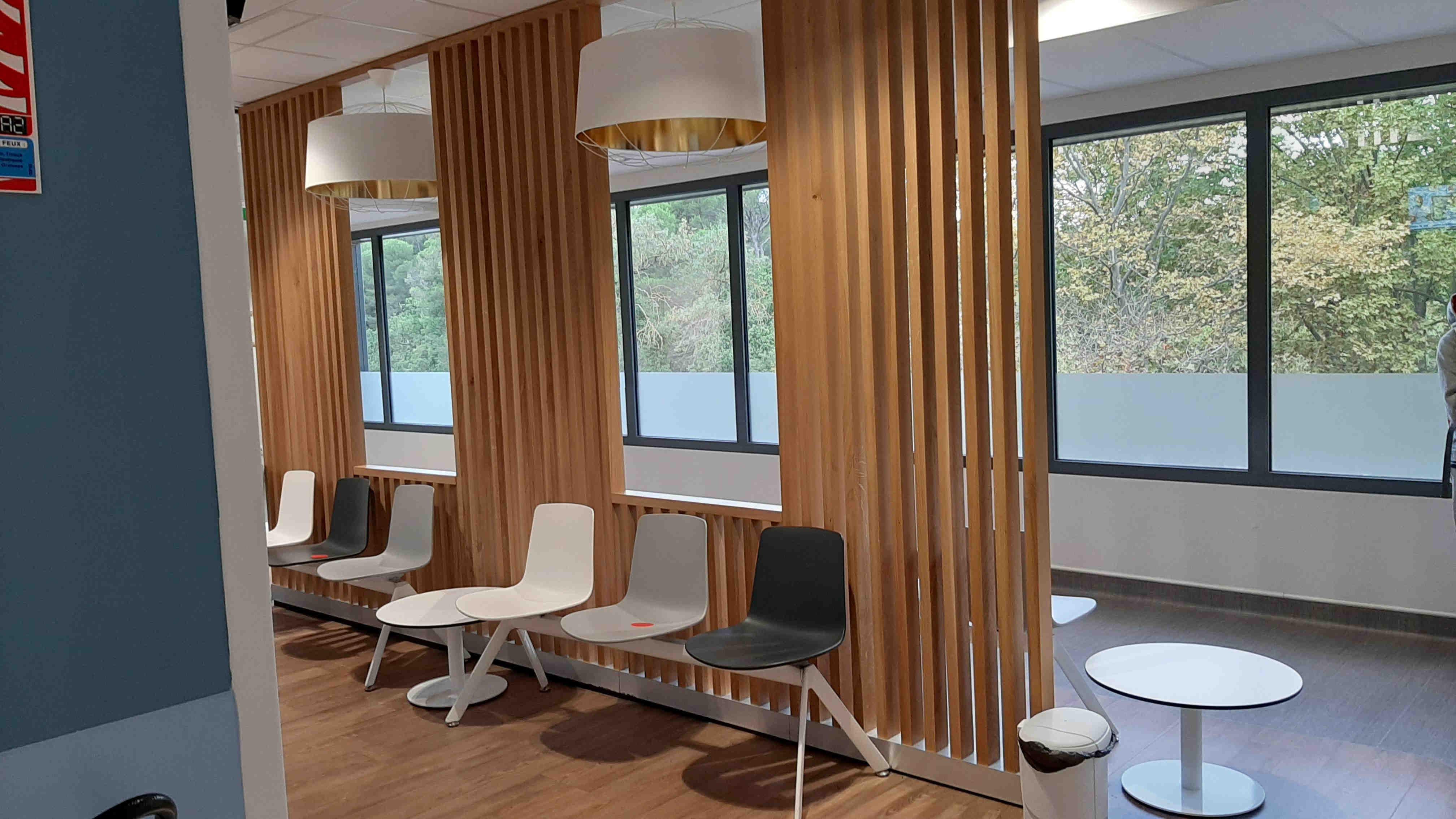 Claustra lames bois pleine hauteur pour salle de réception