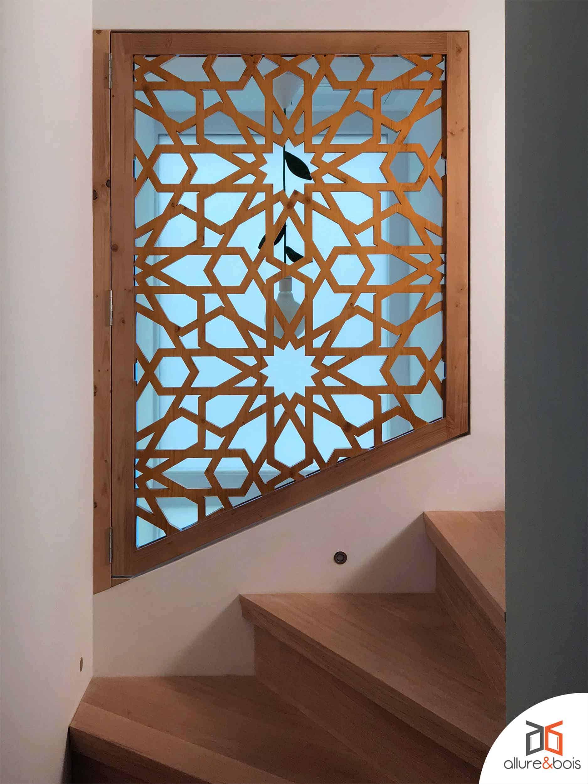 Porte battante intérieure avec motif traditionnel