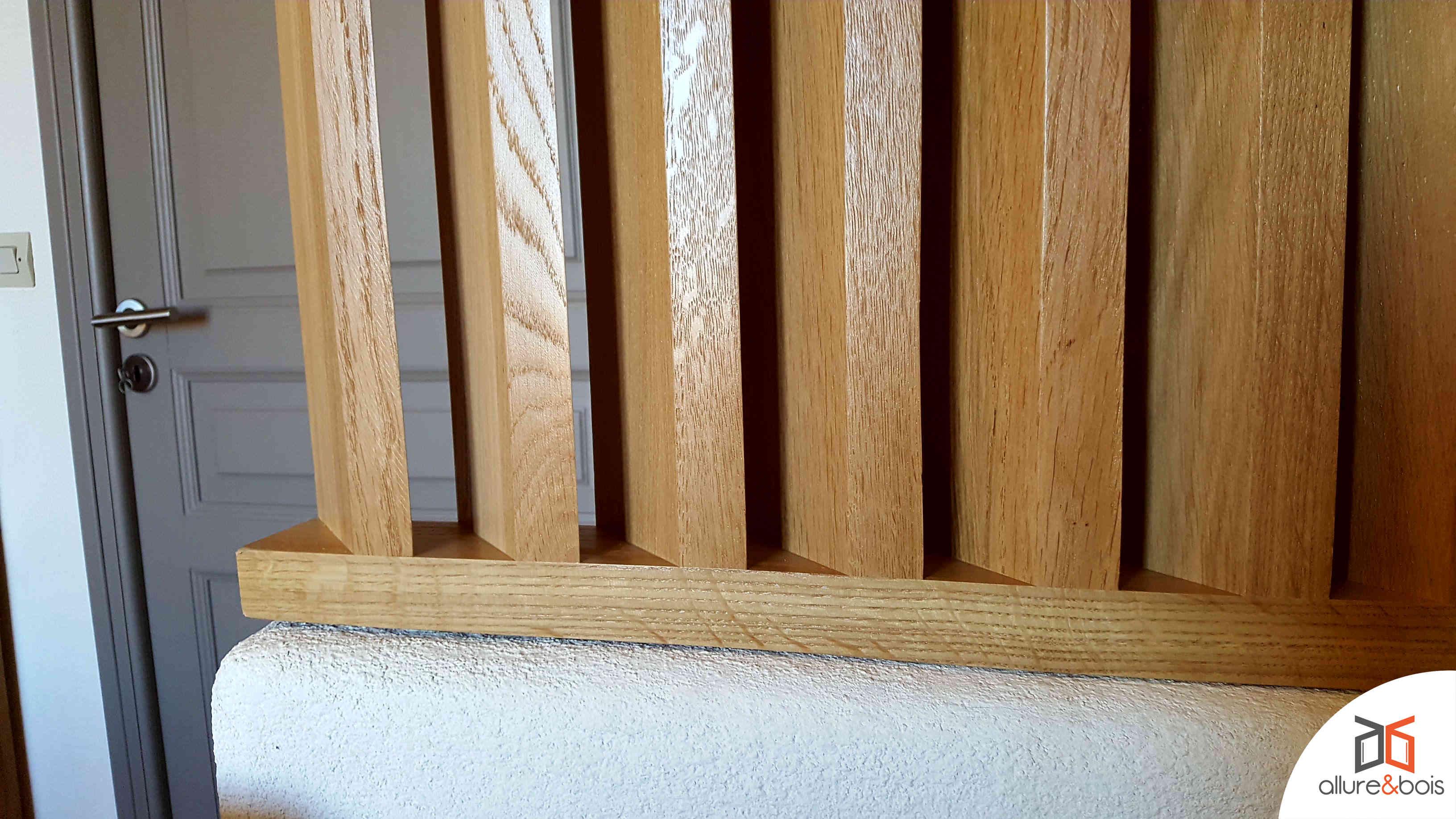 Détail du claustra à lames bois inclinées