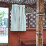Moucharabieh extérieur en bois ajouré pour terrasse