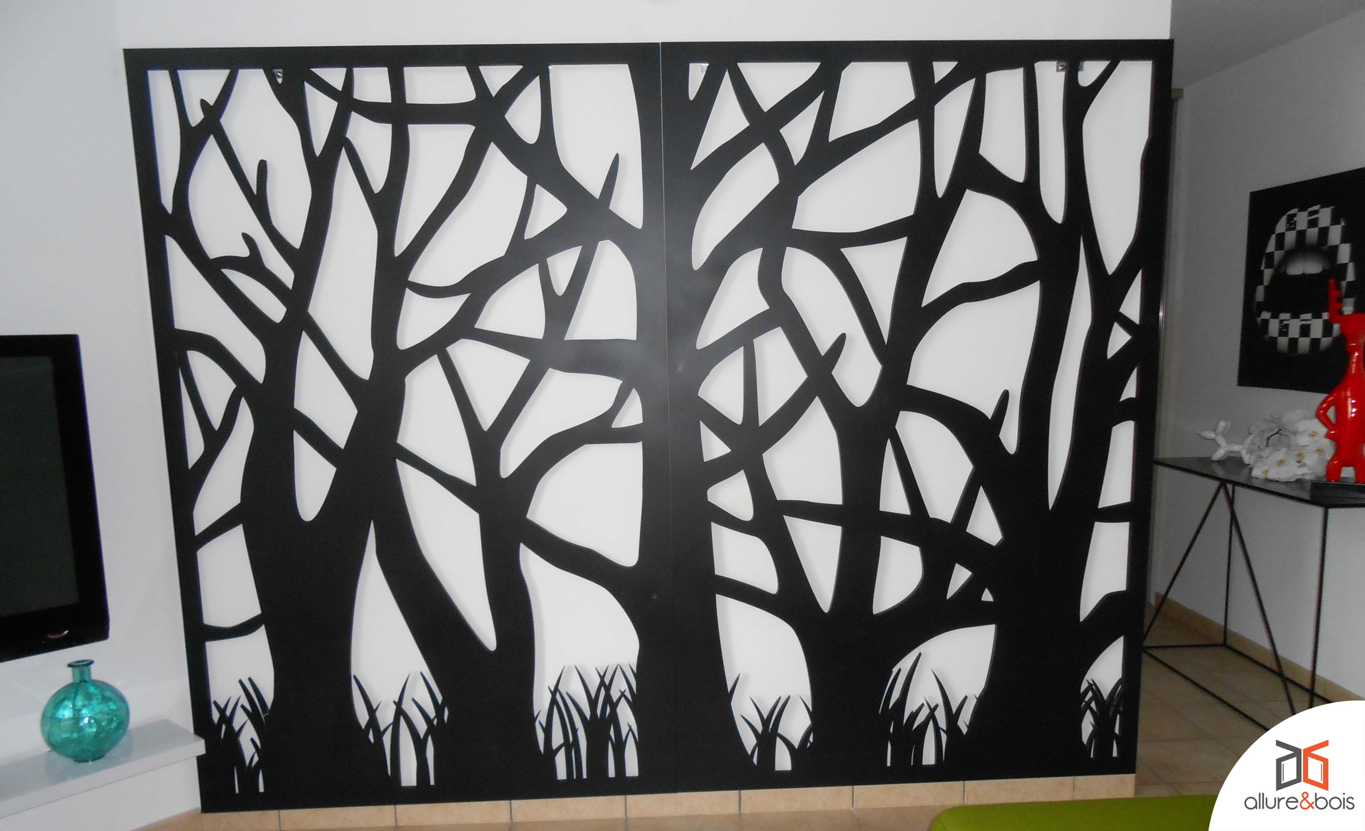 Claustra avec motif d'arbres en mur de parement en bois