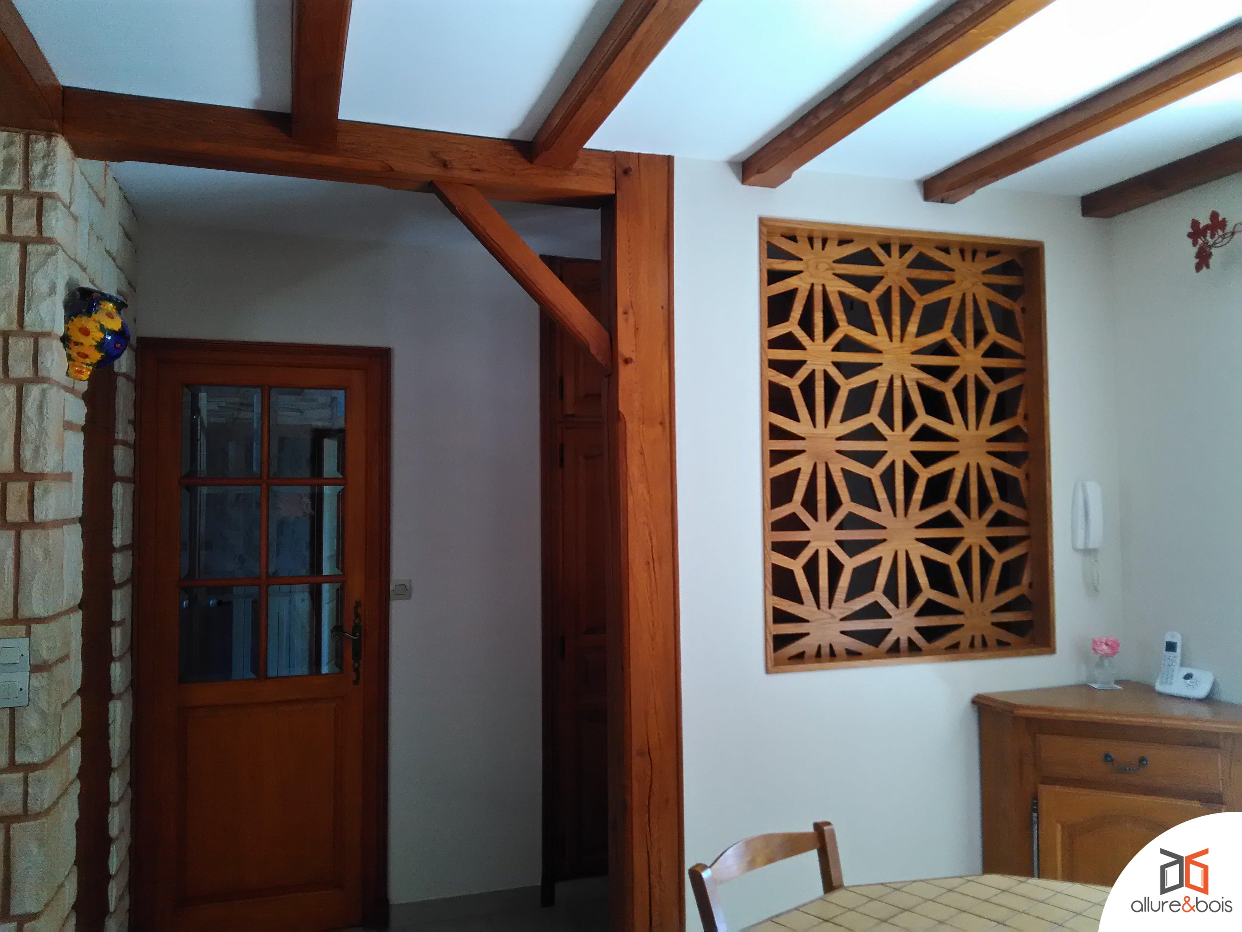 fenêtre intégrée en cloison de chalet en bois