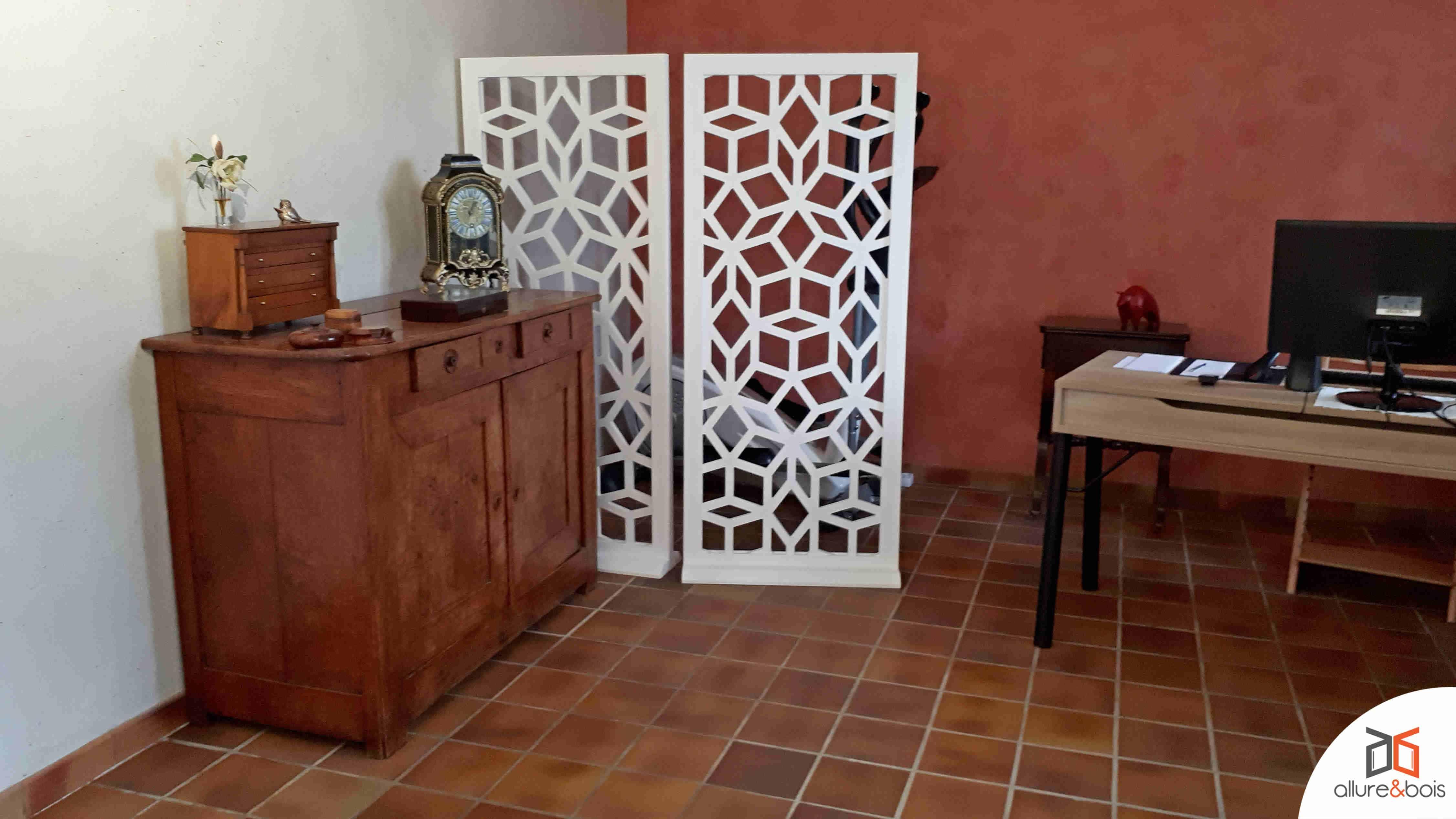 Paravent mobile Hermès blanc, tommettes briques et mur terracotta