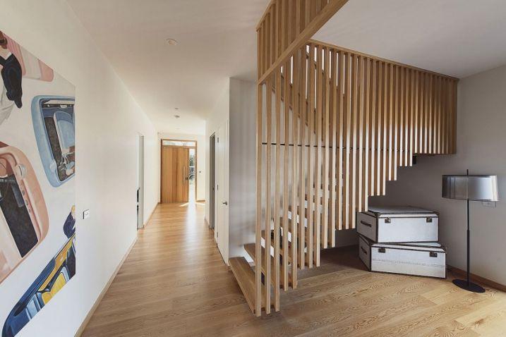rambarde d'escalier en lames de bois verticales